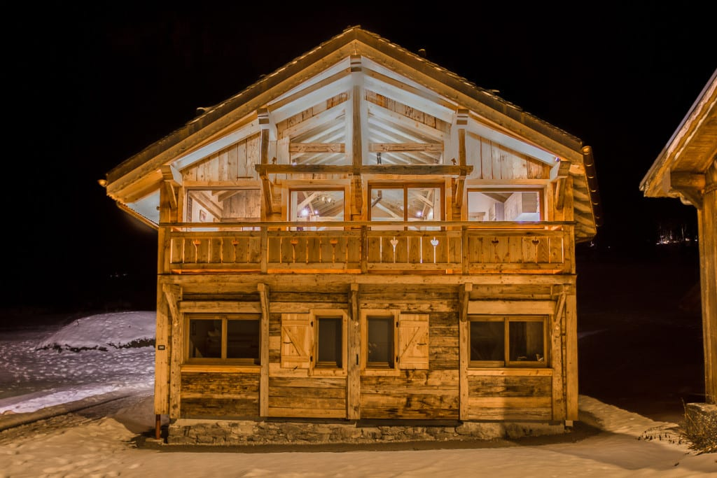 Chalet Perce-Neige - Exterior at night